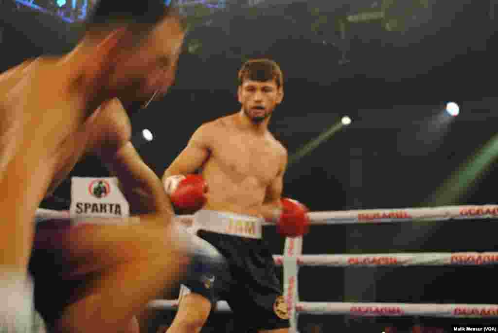 Jamshidbek Najmiddinov va Viktor Postol ringda, Kiyev, 16-sentabr, 2017
