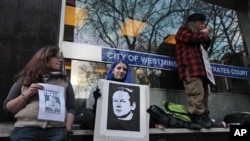 Des partisans du fondateur de Wikileaks, Julian Assange, manifestant devant le tribunal londonien traitant son dossier