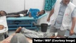 Plus d'une centaine de migrants se sont enfuis cette semaine d'un camp où ils étaient détenus et torturés par des trafiquants, dans la ville de Bani Walid, dans l'ouest de la Libye, selon l'ONG Médecins sans frontières (MSF), le 25 mai 2018. (Twitter/MSF)