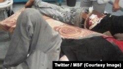 Plus d'une centaine de migrants se sont enfuis d'un camp où ils étaient détenus et torturés par des trafiquants, dans la ville de Bani Walid, dans l'ouest de la Libye, selon l'ONG Médecins sans frontières (MSF), le 25 mai 2018. (Twitter/MSF)