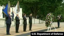 美國總統特朗普等領導人2020年5月25日到阿靈頓國家公墓向陣亡將士致敬。(美國國防部視頻截圖)