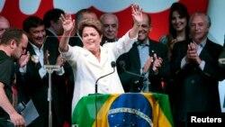 Tổng thống Brazil Dilma Rousseff nói chuyện tại một cuộc họp báo sau khi có kết quả về bầu cử, 26/10/14