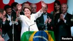 La presidenta Dilma Rousseff celebra su triunfo en la segunda vuelta de las elecciones de Brasil.