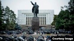 Qirg'izistonda Lenin haykali oldida musulmonlar namoz o'qimoqda