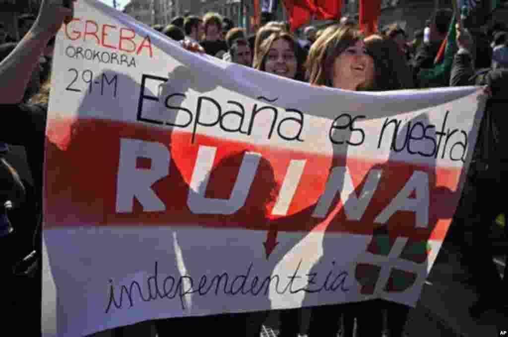 El gobierno de Mariano Rajoy anunció que como parte de su presupuesto se realizará un recorte de un 16,9% de gasto ministerial y se congelará el sueldo de funcionarios.
