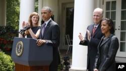 奥巴马总统2013年6月5日提名现任美国驻联合国大使苏珊•赖斯(右),接替将在7月份辞职的汤姆•多尼伦(中),担任下一任白宫国家安全顾问。赖斯的职位将由曾经担任记者的奥巴马顾问萨曼莎•鲍尔接任(左)。(资料照片)