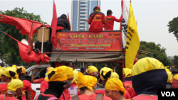 Buruh dari Kongres Aliansi Serikat Buruh Indonesia saat aksi di jalan Thamrin, Jakarta menolak RUU Ketenagakerjaan dan UU KPK, Senin, 28 Oktober 2019. (Foto: Sasmito Madrim/VOA)