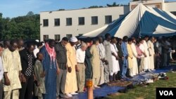 Suasana shalat Idul Fitri di Muslim Community Center (MCC), Silver Spring, Maryland. (VOA/Arif Budiman)