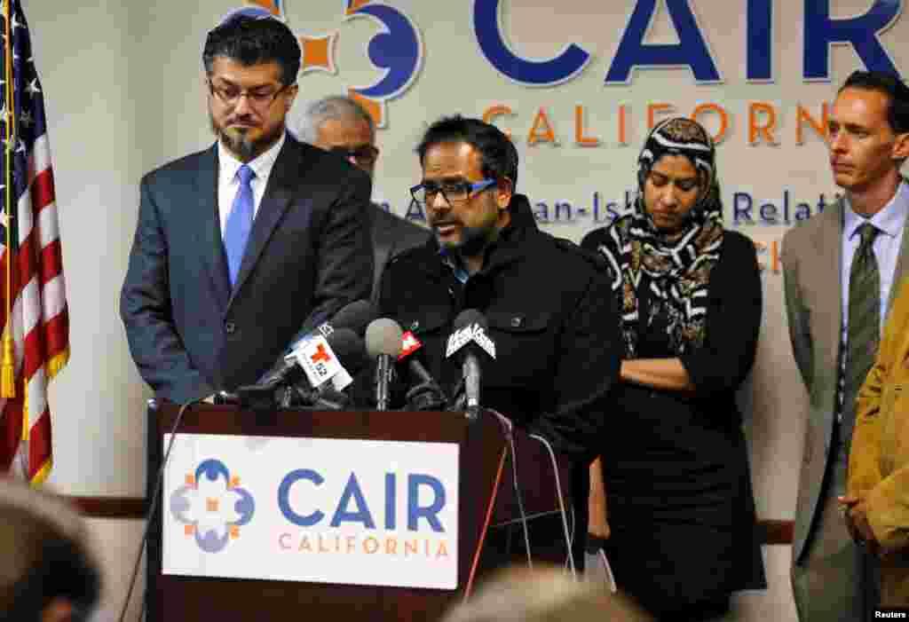 Farhan Khan, au centre, demi-frère deSyed Farook, l'un des auteurs de la fusillade, , tient une conférence de presse au Conseil sur les relations américano-islamiques, en Californie, 2 décembre 2015.
