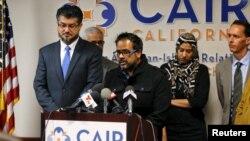 Farhan Khan (tengah), kakak ipar tersangka pelaku penembakan di San Bernardino Syed Farook, menyampaikan pernyataan belasungkawa bagi para korban di kantor Council on American-Islamic Relations (CAIR) di Anaheim, California (2/12).