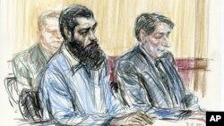Trong bản vẽ phòng xử án, Abid Naseer (phía trước bên trái) ngồi bên cạnh cố vấn James Neuman (phải), khi nghe những phán quyết có tội chống lại Naseer tại tòa án liên bang tại quận Brooklyn, New York, ngày 04/3/2015.