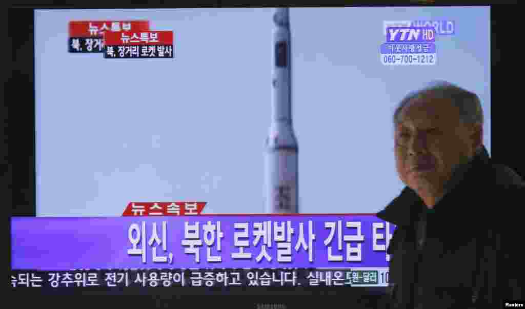 A South Korean man walks past a television report on North Korea's rocket launch, at Seoul railway station in Seoul December 12, 2012.