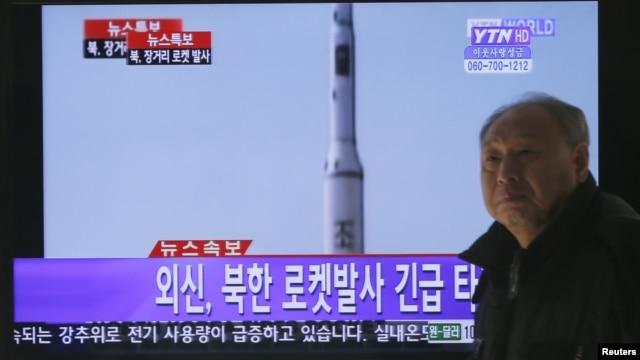 Truyền hình tin tức Hàn Quốc loan tin về vụ phóng hỏa tiễn của Bắc Triều Tiên tại nhà ga Seoul, ngày 12/12/2012.