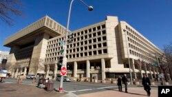 Suasana di sekitar kantor pusat Biro Investigasi Federal AS (FBI) di Washington, 3 Februari 2013 (Foto: dok).