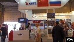 西方制裁使俄罗斯航天、军工等领域转向中国进口各种电子配件。莫斯科武器出口展上的中国电子科技集团柜台。(2014年8月14日,美国之音白桦 拍摄)