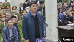 Ông Đinh La Thăng và Trịnh Xuân Thanh tại phòng xử án hồi tháng Một.