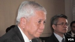 Menlu Filipina Albert del Rosario (atas) akan bertemu Wapres Tiongkok Xi Jinping dan Menlu Yang Jiechi di Beijing.