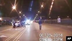 Rekaman video menunjukkan remaja kulit hitam Laquan McDonald berada di jalan sebelum ditembak oleh polisi Jason Van Dyke, 20 Oktober 2014 (foto: dok).