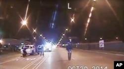 Foto tomada de la cámara de un auto de policía, provista por el Departamento de Policía de Chicago, que muestra a Laquan McDonald caminando por la calle momentos antes de ser disparado por el oficial Jason Van Dyke, en Chicago. Oct. 20 de 2014.