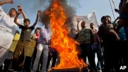 巴基斯坦基督徒在示威中焚烧轮胎,要求政府重建他们的房屋