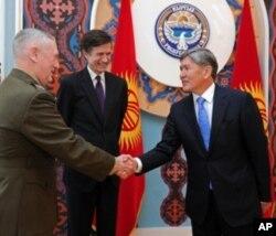 Chapdan, AQSh Markaziy qo'mondonligi rahbari general Jeyms Mettis, Davlat kotibi muovini Robert Bleyk va Qirg'iziston prezidenti Almazbek Atambayev, Bishkek, 2-aprel, 2012