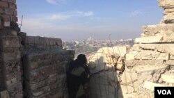 """2017年1月19日,伊拉克军队的狙击手守卫着他们收复的摩苏尔都市区,""""伊斯兰国""""激进分子继续向平民区开火并发射迫击炮。(美国之音希瑟·默多克拍摄)"""