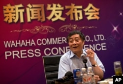 2013年7月17日,中国食品和饮料巨头娃哈哈集团董事长宗庆厚在北京举行的新闻发布会上拿着烟卷讲话。