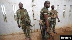 Tentara Pantai Gading berpatroli di kota Noe, dekat perbatasan negaranya dengan Ghana (24/9). Kedua negara akan meluncurkan satuan tugas bersama untuk menyelidiki kematian delapan warga Ghana pekan lalu.