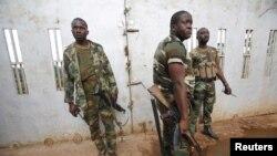 Des soldats ivoiriens en patrouille a Noé, pres de la frontiere du Ghana le 24 septembre 2012. REUTERS/Thierry Gouegnon