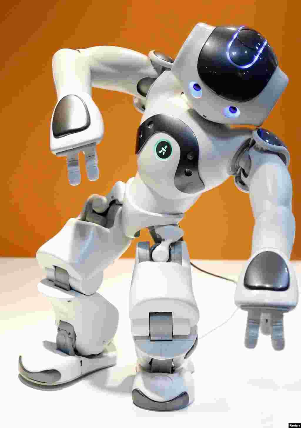 Con robot NAO của công ty Pháp Aldebaran Robotics nhảy theo ca khúc 'Thriller' của Michael Jackson tại gian hàng của mình Triển lãm Robot Quốc tế 2013 tại Tokyo, Nhật Bản.