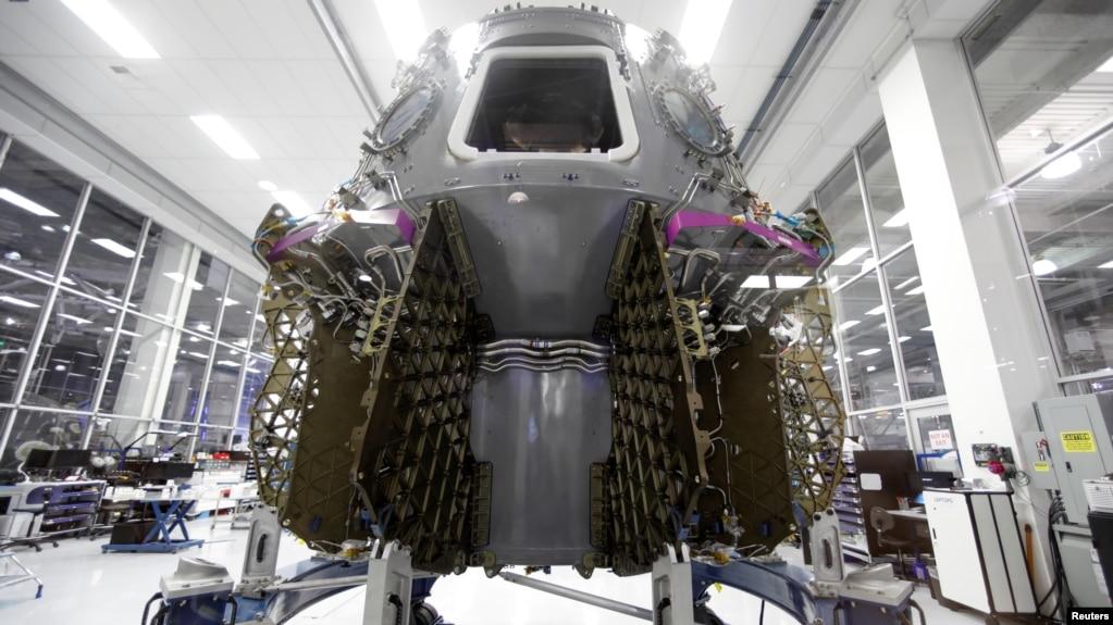 La cápsula SpaceX Dragon es vista en la sede de SpaceX en Hawthorne, California, EE.UU., el 13 de agosto de 2018.