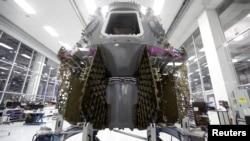 Побудова космічного корабля Crew Dragon в штаб-квартирі SpaceX в Каліфорнії