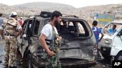 Phe nổi dậy Syria tại hiện trường sau một vụ đánh bom xe gần biên giới Thổ Nhĩ Kỳ, ngày 17/9/2013.