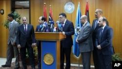 Fayez Seraj, entouré par des membres du Conseil présidentiel, lors d'une conférence à la base navale de Metiga à Tripoli, en Libye, le 30 Mars 2015. (AP Photo/Mohamed Ben Khalifa)