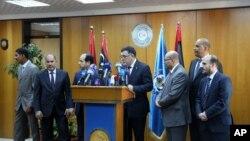 Fayez Seraj, entouré des membres du Conseil présidentiel, lors d'une conférence de nouvelles à la base navale de Mitiga à Tripoli, en Libye, 30 mars 2015.