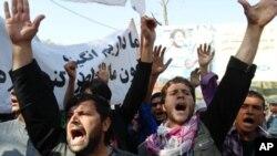 شعار مظاهره کنندگان در کابل بر ضد حکومت و اداره استخبارات پاکستان