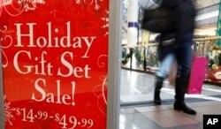 지난 12월 미국 매사추세츠주 캠브리지의 한 쇼핑몰에 연말 할인 광고가 걸려있다.