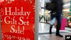 圣诞节购物期间美国马萨诸塞州的一个商场。(资料照片)