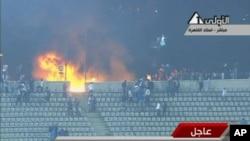埃及电视画面显示2012年2月1日塞得港足球场的骚乱场面