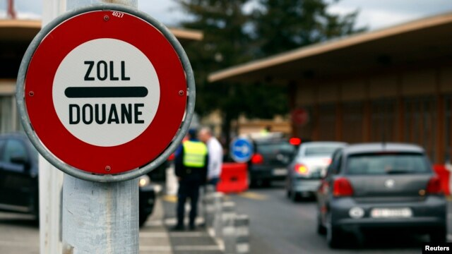 A sign is pictured at the Swiss French border with town of Ferney Voltaire in Le Grand-Saconnex near Geneva, Feb. 10, 2014. Swiss voters on Sunday narrowly backed proposals to reintroduce immigration quotas with the European Union.