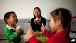 中国官方星期四(10月29日)宣布允许所有夫妻生育二胎
