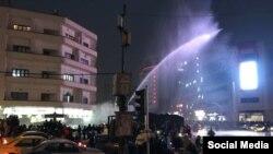 تجمع اعتراضی در ایران و دخالت خودروی آبپاش پلیس