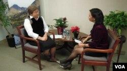"""Roza Otunbayeva """"Amerika Ovozi"""" bilan suhbatda, Vashington, 13-dekabr, 2012"""