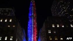 ສູນກາງ Rockefeller ແລະຕຶກອາຄານ Rockefeller Plaza ຖືກໄຕ້ຂຶ້ນເປັນໄຟສີແດງ ແລະຟ້າ ອັນເປັນຂີດໝາຍ ຂະບວນການ ການເລືອກຕັ້ງ ຂອງທ່ານນາງ Hillary Clinton ແລະ ທ່ານ Donald Trump ແລະແຜນທີ່ ຂອງສະຫະລັດ ໄດ້ຖືກແຍງໃສ່ເດີ່ນນ້ຳກ້ອນ ຫຼິ້ນສະເກັດ, ວັນທີ 7 ພະຈິກ 2016.