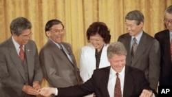 1993年5月克林顿签署李硕(左)等人推动通过的亚裔美国人传统文化纪念法案(美联社)