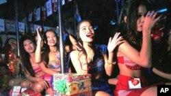 Vũ nữ Thái Lan trong một quán rượu ở Patpong Thái Lan