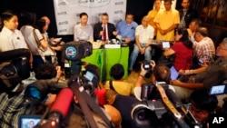 美國駐菲律賓大使格德堡(右)在菲律賓馬尼拉召開新聞座談會 (2016年2月3日)