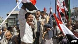 Pristalice vlade tokom sukoba sa anti-vladinim demonstrantima u Sani, 17. februar 2011.