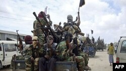 Các chiến binh của phe Al-Shabab trong cuộc thực tập quân sự ở phía bắc Mogadishu, Somalia