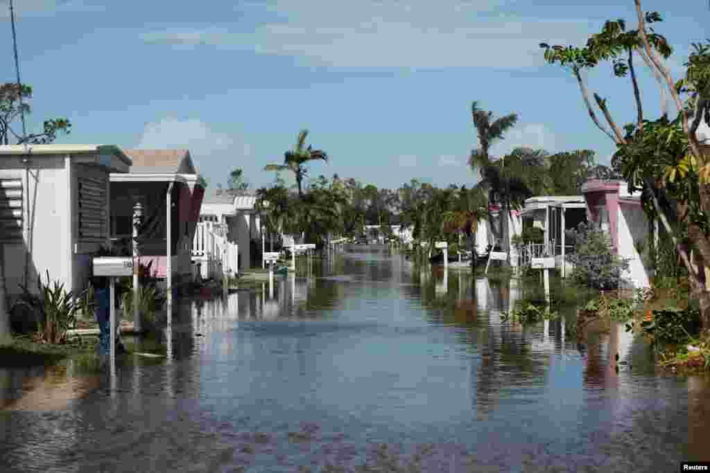មានការបំផ្លិចបំផ្លាញជាច្រើននៅក្នុងឧទ្យានផ្ទះចល័ត បន្ទាប់ពីមានព្យុះសង្ឃរា Irma នៅក្នុងក្រុង Naples រដ្ឋ Florida។